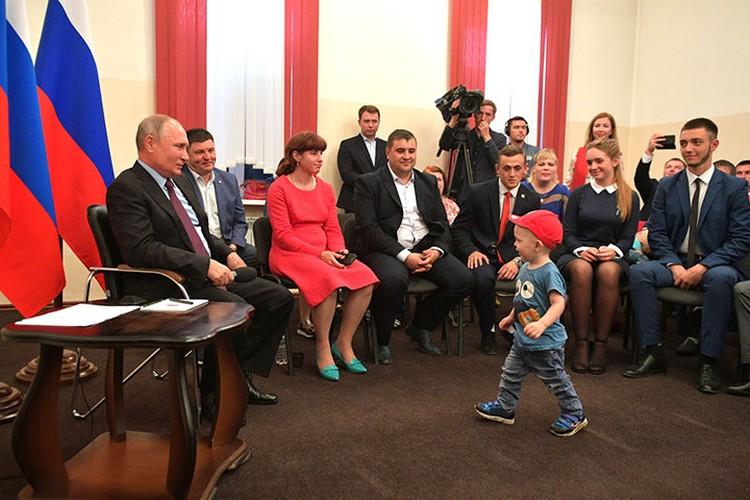 Глава государства пообщался с детьми и взрослыми. Фото: Пресс-служба Президента России