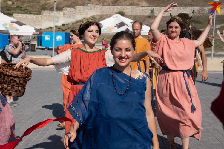 В течение всего дня в парке проходили праздничные древнегреческие шествия Осхофории