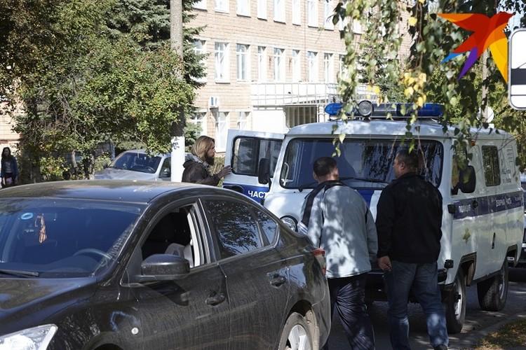 На фото Андрей Перевозчиков садится в автомобиль полиции. Фото: Сергей Грачев