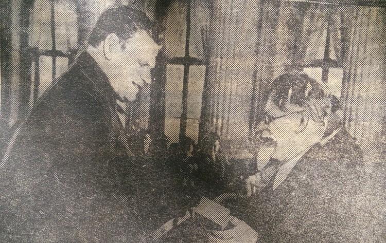 Максим Горький вручает Никите Изотову Орден Ленина. Фото: личный архив героя публикации