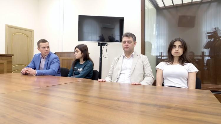 Адвокат Алексей Паршин с девочками в суде. Он защитник Ангелины, самой старшей из сестер.