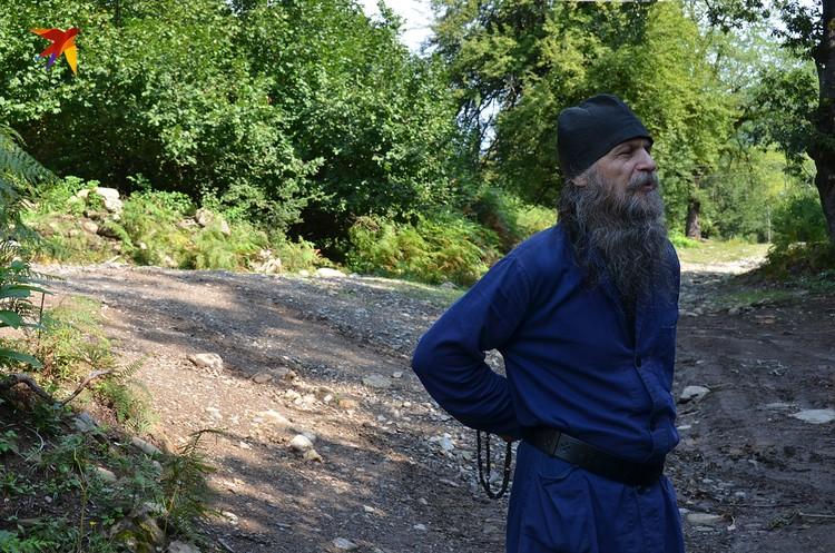 Монах-отшельник Иоан когда-то жил в Москве. 20 лет живет в хижине на скалах и назад не хочет. Категорически