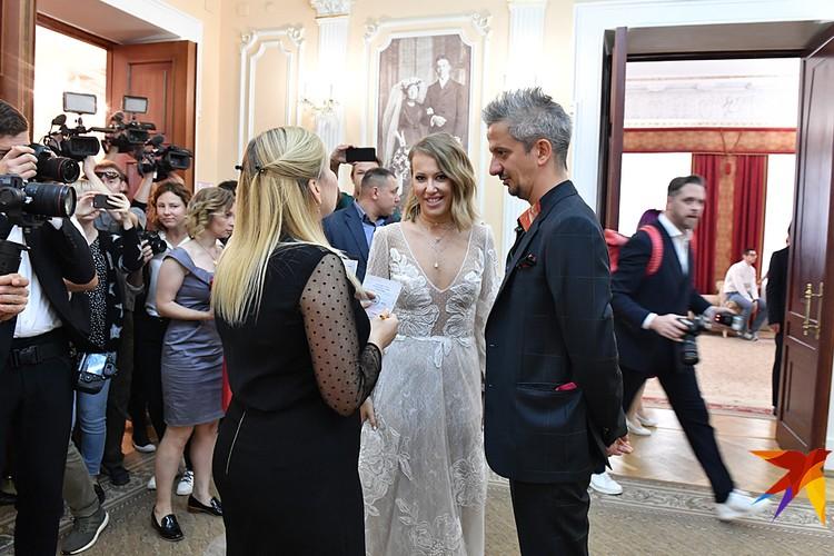 Утром молодожены расписались в Грибоедовском ЗАГСе - теперь они официальные муж и жена