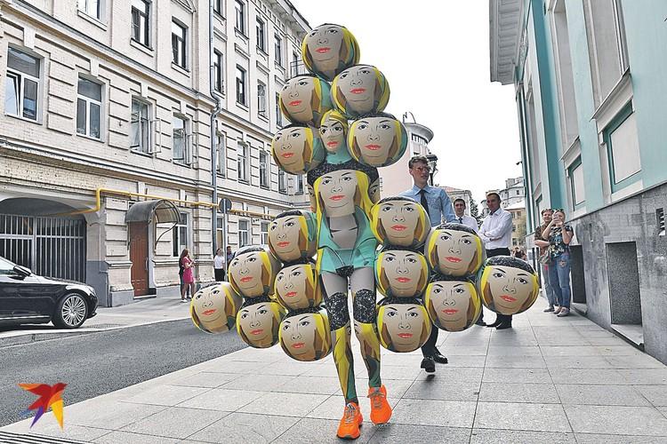 Это не надувная игрушка, а модный дизайнер Андрей Бартенев в праздничном. Свидетелем в загсе был.