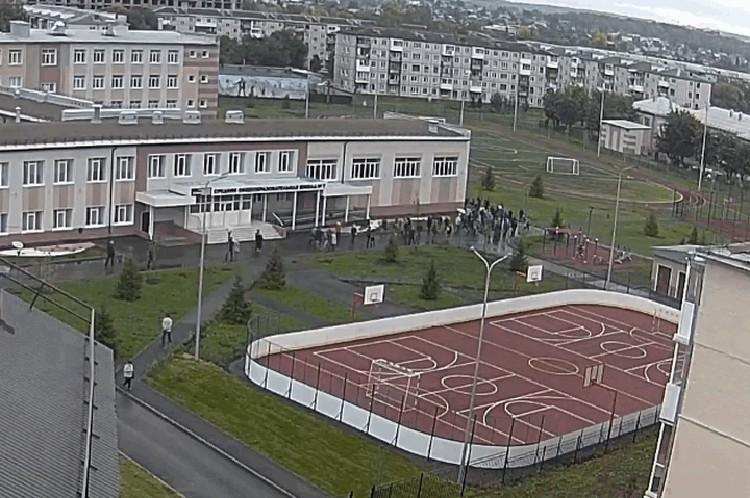 экскурсанты побывали не только в Сквере ангелов, но и на территории школы №7 ФОТО: кадр видео с камер наблюдения