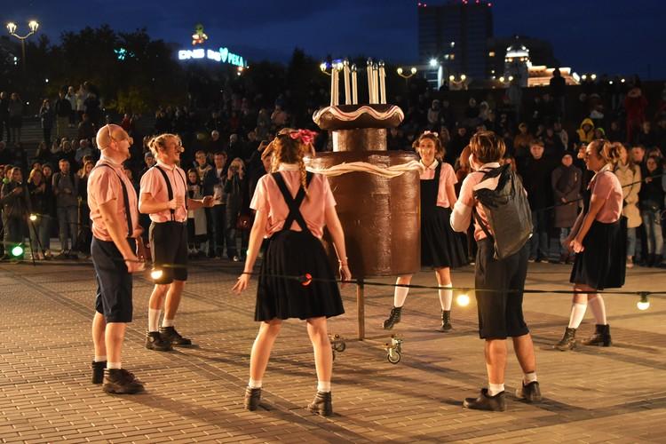 В первой половине спектакля поросята резвятся и празднуют «набор веса».