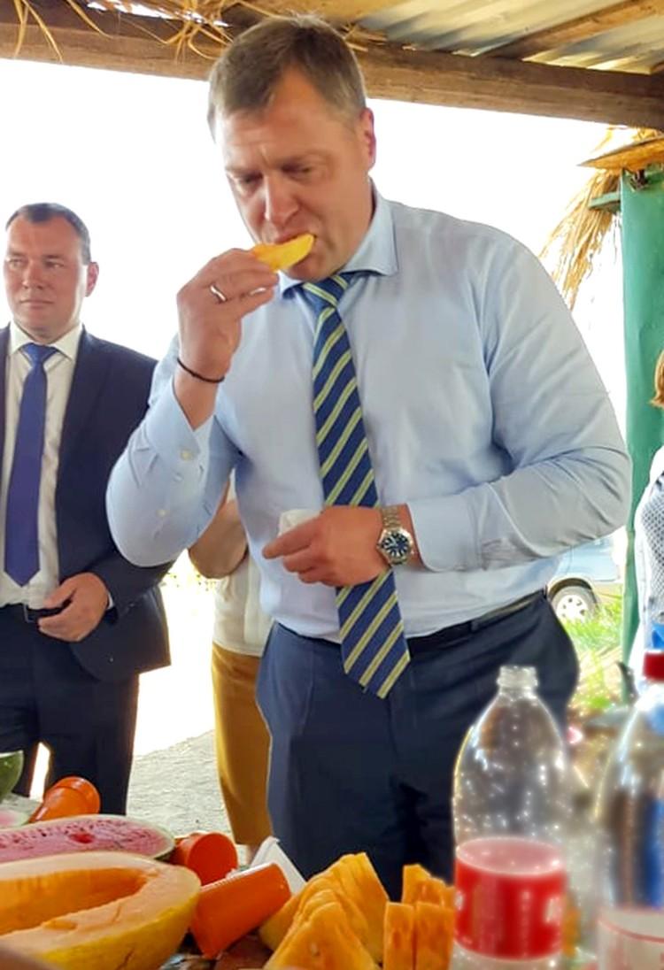 Вкус необычных бахчевых оценил и новый астраханский губернатор Игорь Бабушкин. Фото: Анастасия Соколова
