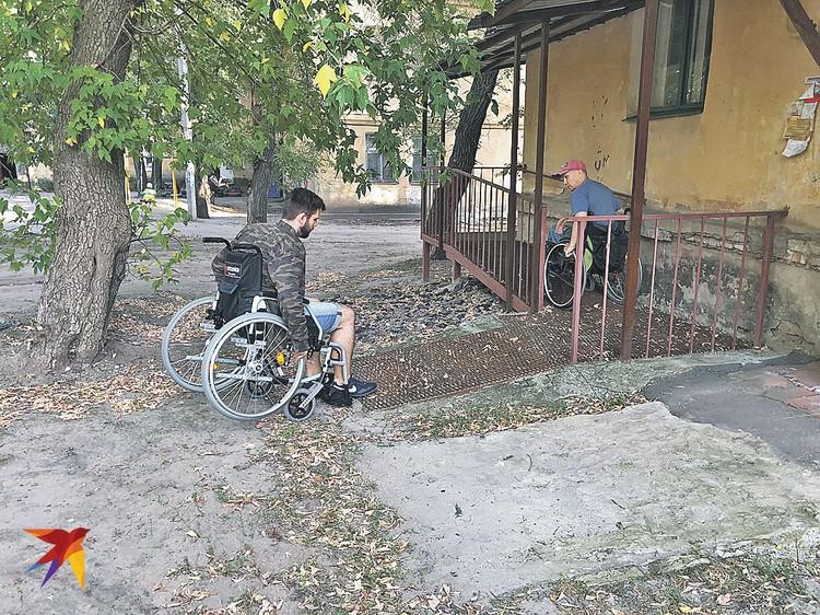 Точка № 1: скатываешься по пандусу из дома Виталия - и колеса проваливаются в яму. Фото: Личный архив Романа ГОЛОВАНОВА