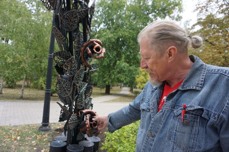 Вот такие розы кузнец Виктор Бурдук делает из единого куска металла.