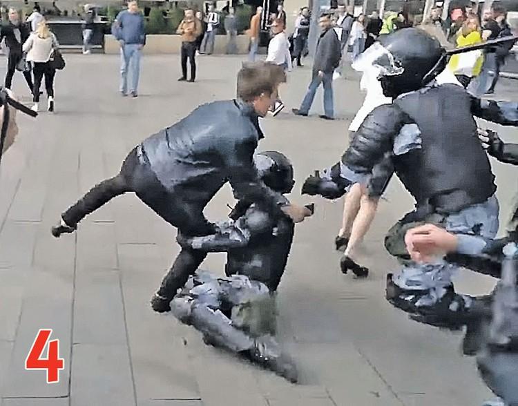 ДЕЙСТВИЕ 4. Боец Росгвардии, падая на локоть, как считают в суде, выбивает себе плечо. Фото: youtube.com