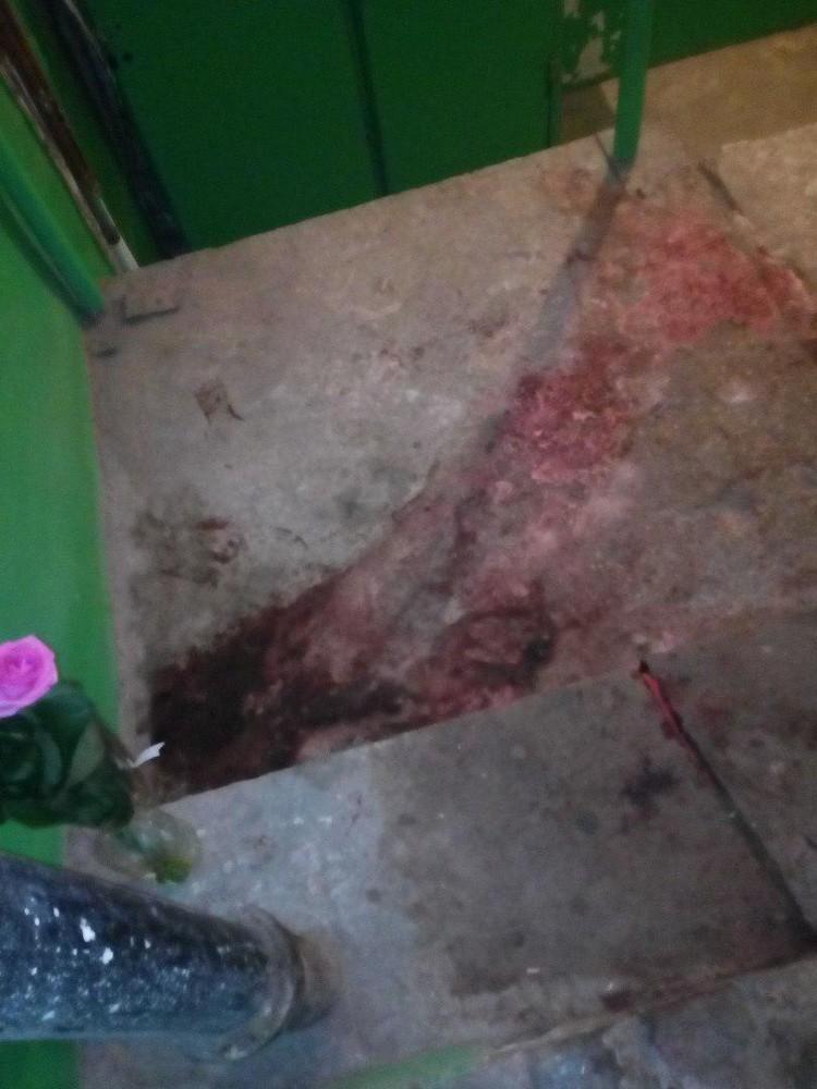 Судя по пятнам на бетоне, погибшая потеряла много крови. Фото соцсетей