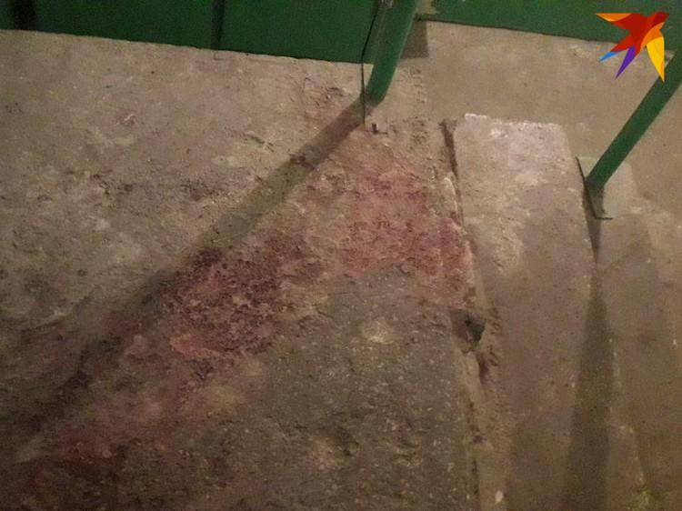 Ступени лестницы подъезда залиты кровью