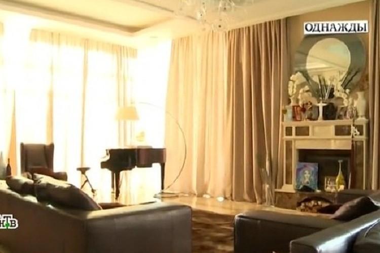 В гостиной стоит рояль