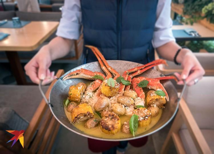 Снежный краб на сковороде с картофелем, кукурузой, соусом из крабового бульона со сливочным маслом и чесноком (Wine & Crab).