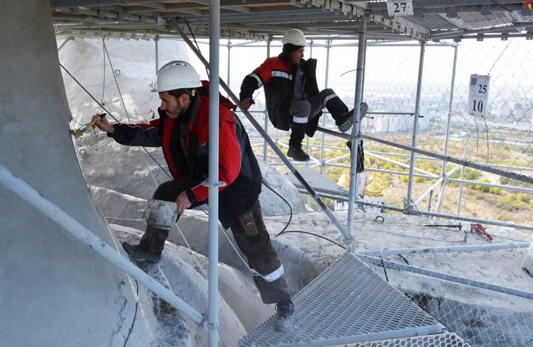 Рабочие на высоте чувствуют себя как дома.