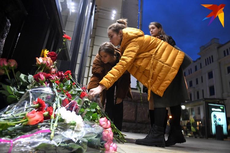 """К театру """"Ленком"""" москвичи несут цветы."""