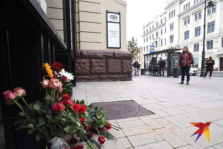 "Цветы у здания ""Ленкома"" в память о Марке Захарове."