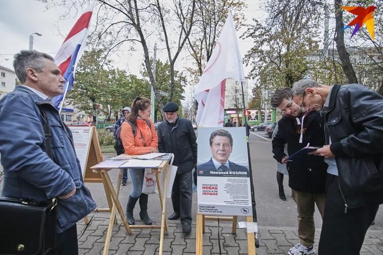 Участники инициативной группы собирают подписи за потенциального кандидата в депутаты от «Объединенной гражданской партии».