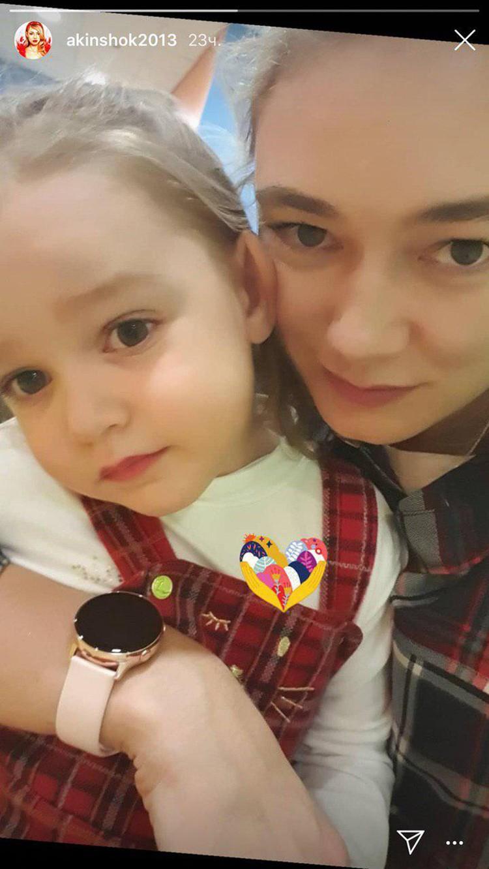 Оксана Акиньшина впервые показала подросшую дочку