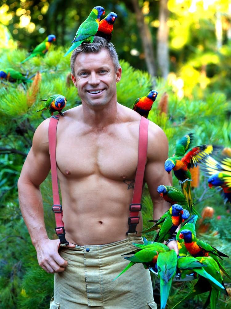 В этот раз бравые парни появились в кадре с забавными представителями дикой природы. Фото: Australian Firefighters Calendar