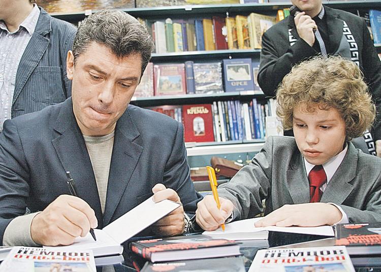 Борис Немцов с сыном Антоном, автором книги «Отцы & Deti, или Записки школьника», раздают автографы в Доме книги. 28 сентября 2007-го. Фото: Игорь КУБЕДИНОВ/ТАСС