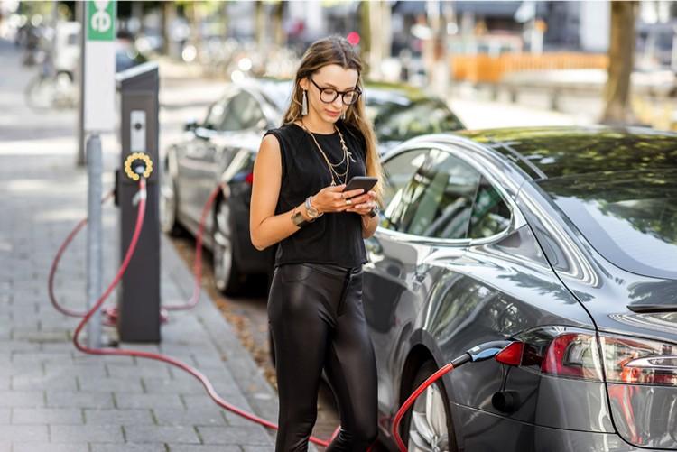 И автомобиль ездит на электричестве, и мобильник работает - без литий-ионных аккумуляторов они бы выглядели иначе.