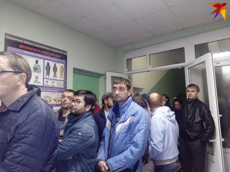 Люди стоят в очередь на регистрацию больше часа