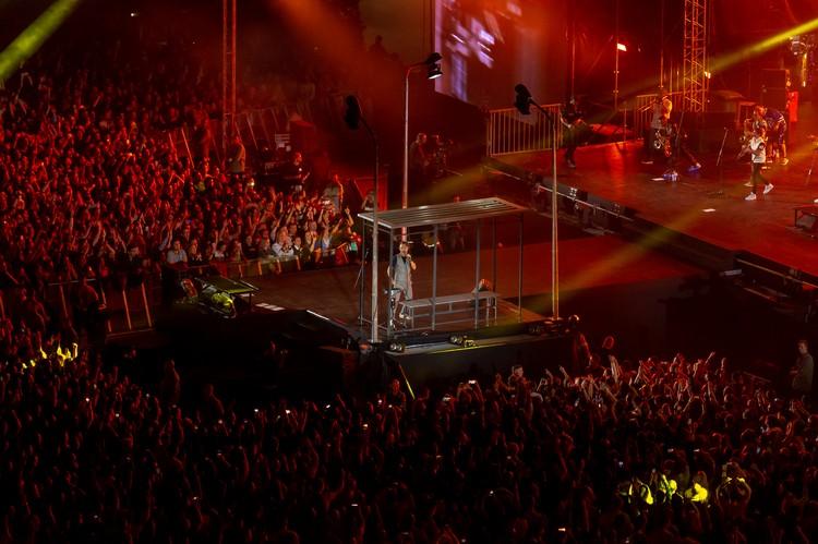Часть сцены вынесли поближе к зрителям.