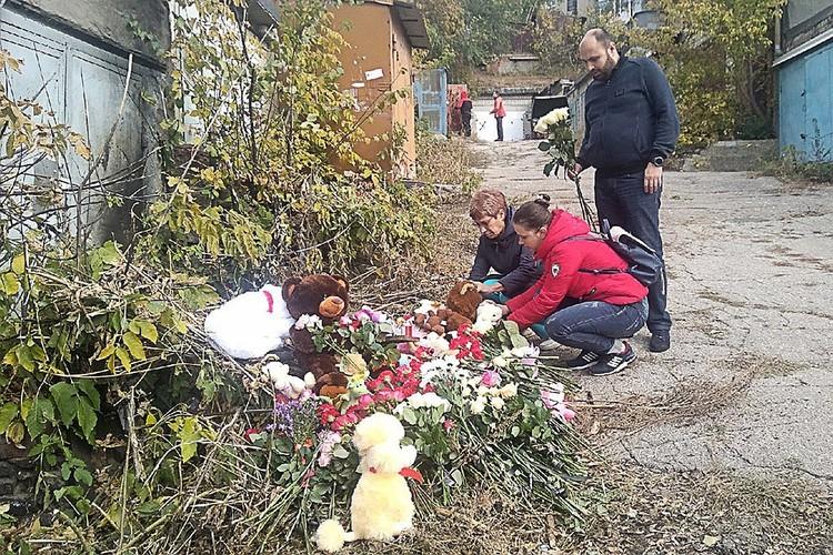 Саратов. Мягкие игрушки и цветы у гаража, где было найдено тело ранее пропавшей 9-летней Лизы Киселевой. Фото Алексей Кошелев/ТАСС