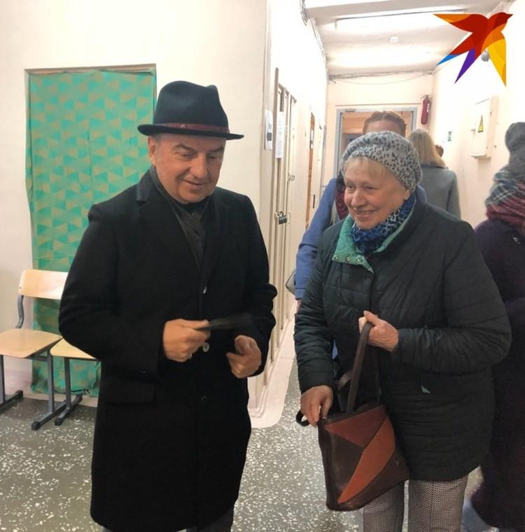 """Владимир Шахрин лидер группы """"Чайф"""" стоял в очереди вместе со всеми."""
