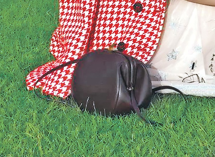 Кожаная сумка от любимого дизайнера Ксении Собчак Ульяны Сергеенко за 120 тысяч рублей. Фото: instagram.com/bruhunova