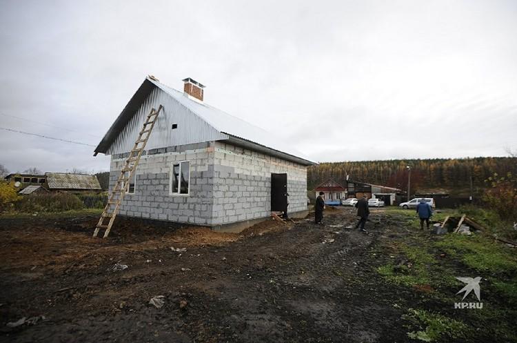 На месте сгоревшего дома появился дом в два раза больше.