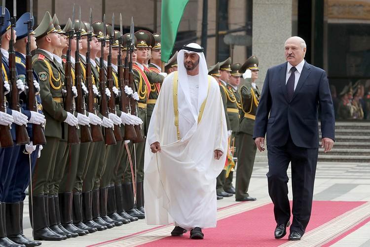 Александр Лукашенко не скрывает, что костюмы для него шьют в том числе и в минском ателье (на фото – во время встречи с наследным принцем Абу-Даби). Фото: belta.by