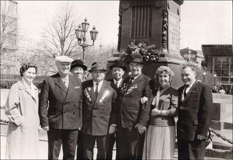 Встреча с однополчанами на День Победы в 1960-х (Иван Архипов крайний справа).