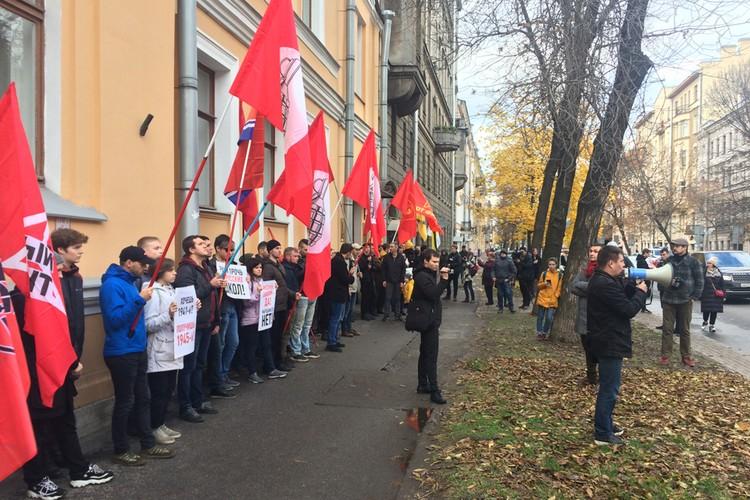 У консульства Латвии прошла акция против притеснения русских