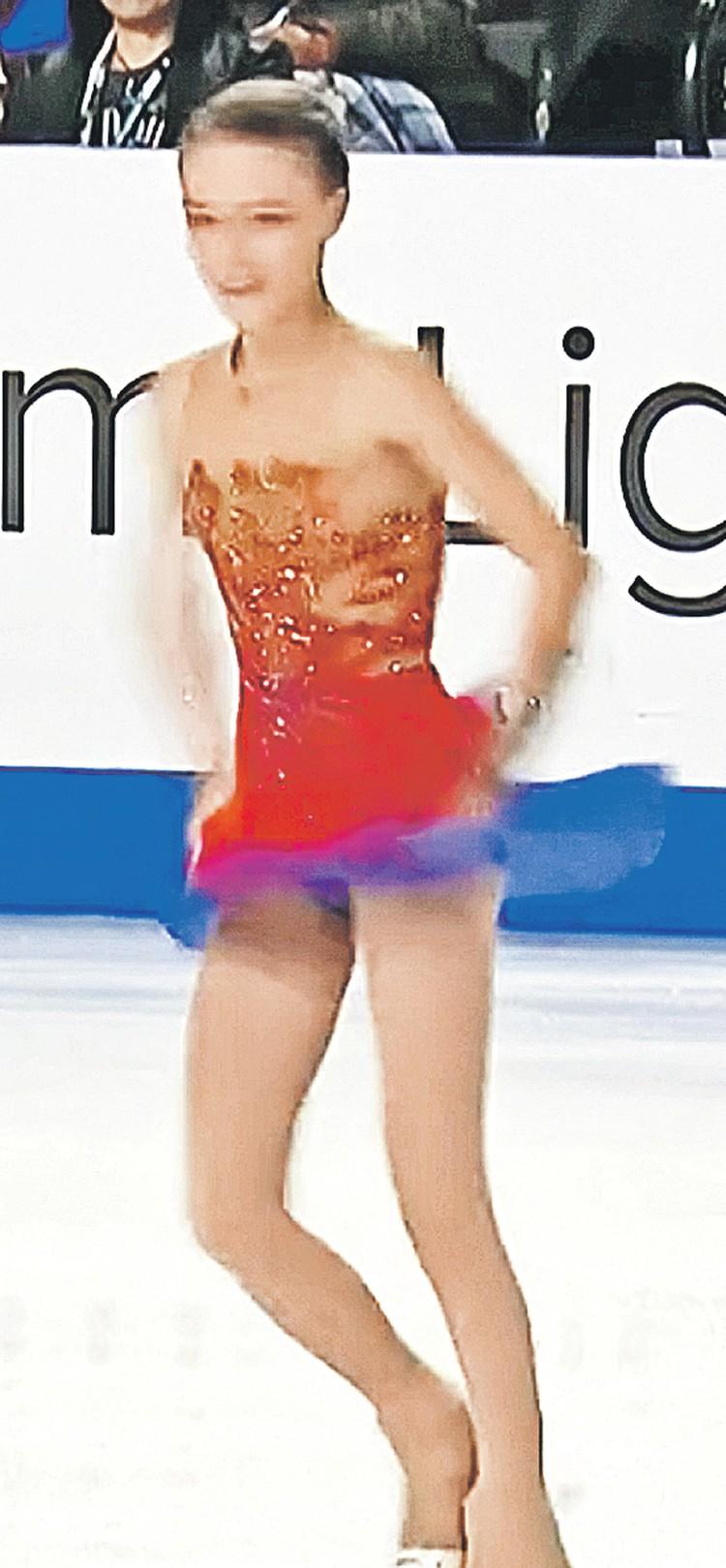 ...и платье превращается из синего в красное. Фото: Кадр видеосъемки
