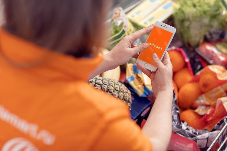 Сборщики заказов умеют выбирать спелые овощи и фрукты