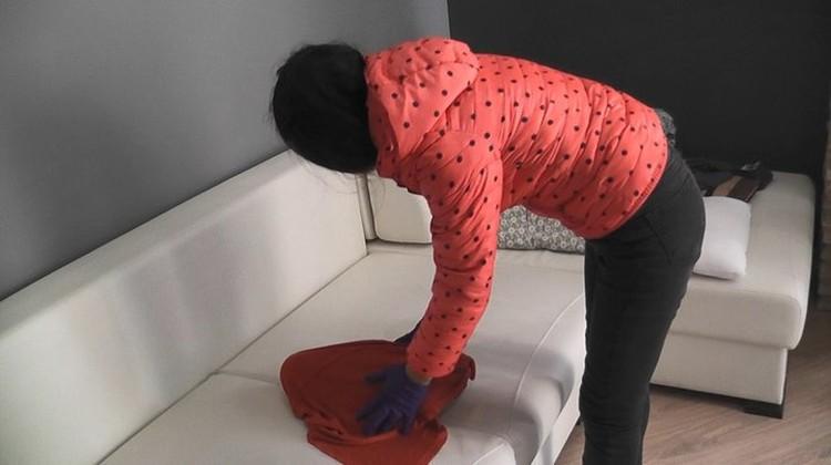 Во время следственного эксперимента женщина показала, как все произошло. Фото: СК