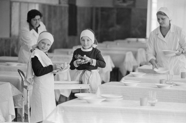Школьная столовая - не только еда. Это еще и ни с чем не сравнимый запах и классное дежурство. Фото: Владимир Валишвили , Гиви Киквадзе/ТАСС