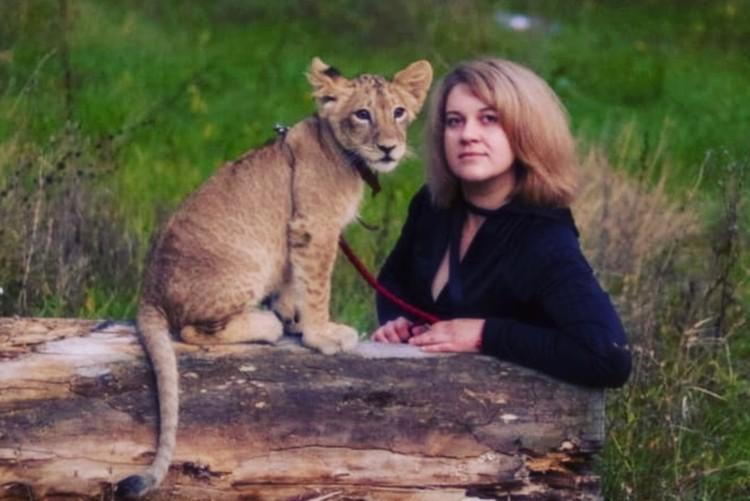 Трудно описать реакцию соседей, когда они видят рядом со своим домом настоящую львицу, прогуливающуюся с хозяйкой на поводке.