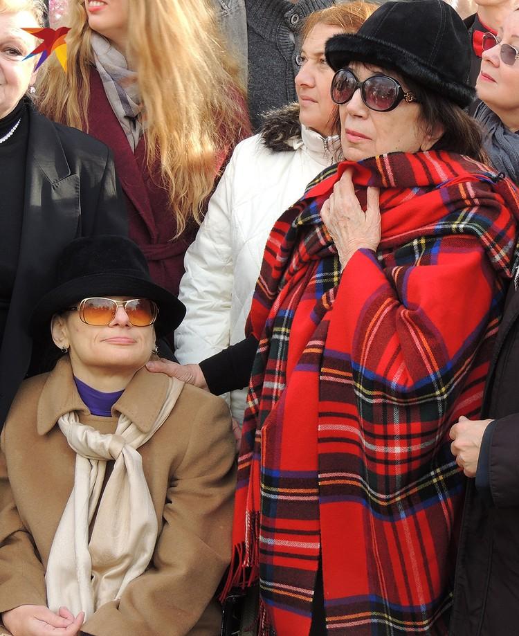 Вдова актера Гитана Аркадьевна положила руку на плечо дочери Марии.