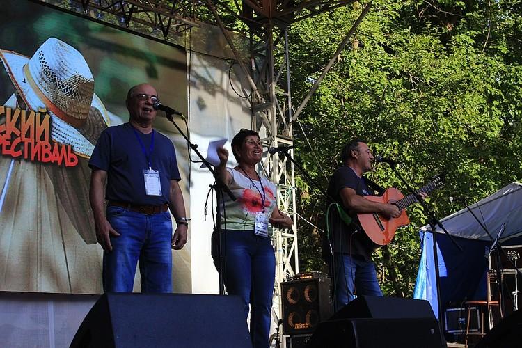 Анатолий Головин (крайний справа) пел в трио с Грушиным, а теперь он в Грушинском трио
