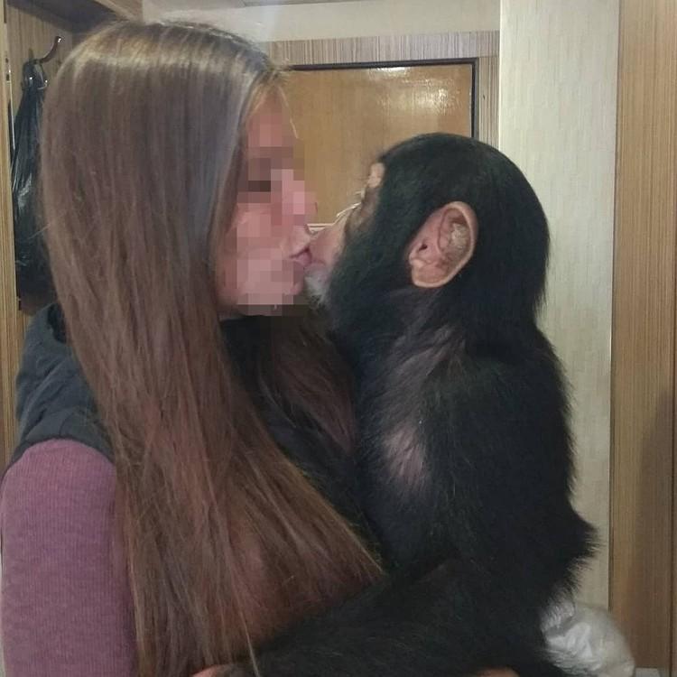 Девушка обожает животных и меня работу не собирается.