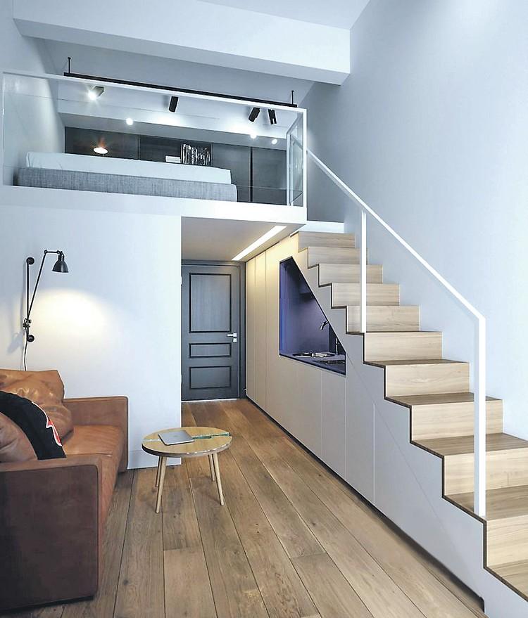 Застройщики предлагают выгородить под спальню антресоль, а микрокухню засунуть под лестницу. Фото: cian.ru