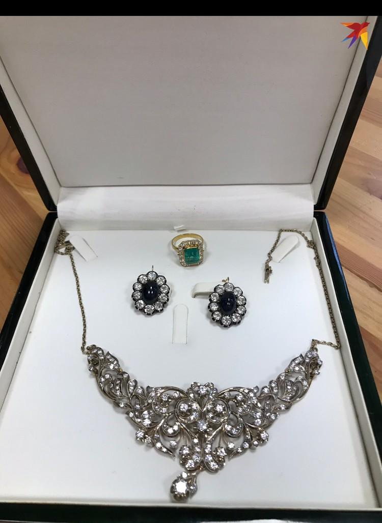 Стартовая стоимость драгоценностей в этой шкатулке - 2,2 млн рублей.