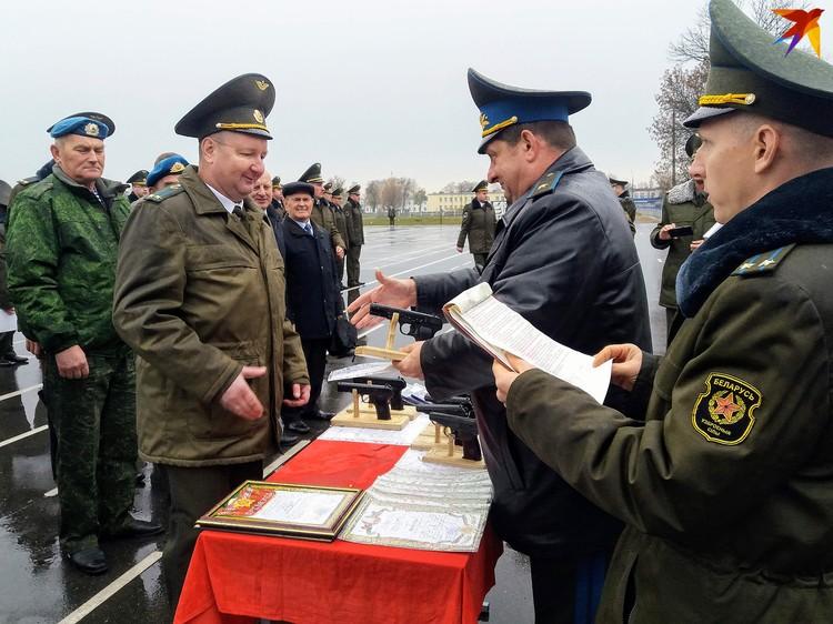 К юбилею десантникам вручили подарки, грамоты и награды.
