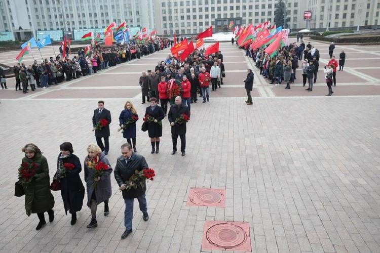 Праздник отметили возложением цветов к памятнику Ленина