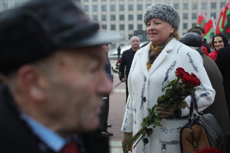 Часть гостей принесли Ленину розы