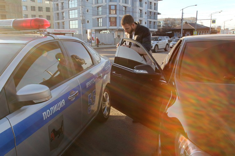 Водитель поступил мудро. Не стал спорить с нами, и решил сам снять тонировку. Уже через 5 минут он поехал по своим делам.
