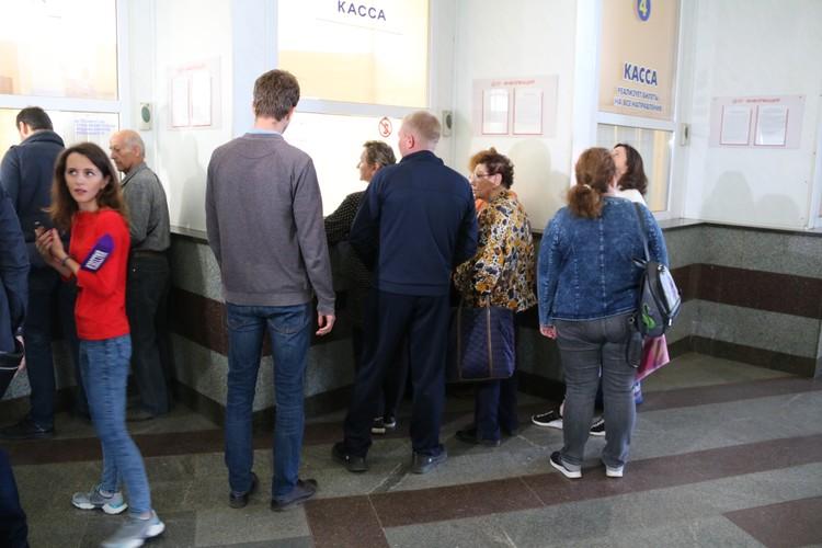 В Симферополе у железнодорожных касс в первый день продаж выстроились очереди